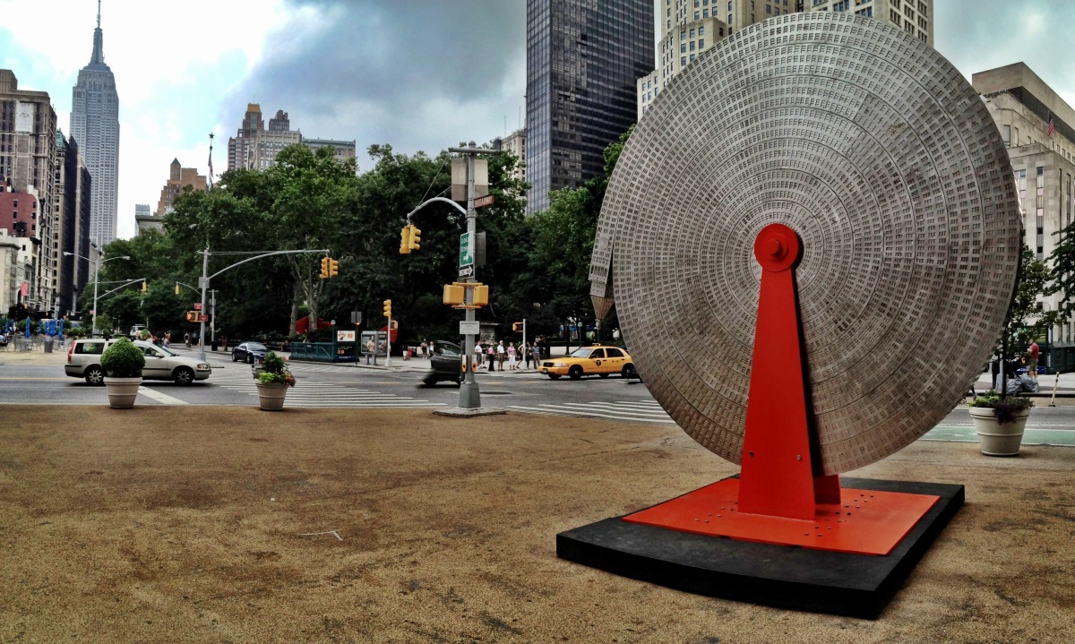 The straight and the twisted, the real Empire State Building vs the sculpture by Alexandre Arrechea #iphoneography #photography#NYC
